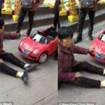 Người phụ nữ khóc lóc, ăn vạ vì bị xe đồ chơi của trẻ em đâm phải