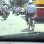 Cụ ông 70 tuổi đạp xe thả tay gây xôn xao cộng đồng mạng