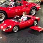 Em bé 4 tuổi lái siêu xe Porsche 904 Carrera GTS điêu luyện