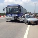 Xe con vượt ô tô khách đâm vào xe máy ngược chiều