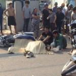 Hai con trai ôm bố khóc thét vì cha bị xe khách chèn chết