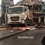 Xe tải húc đổ cột biển báo ở Thái Nguyên