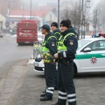 Cảnh sát giao thông ga lăng chặn xe tặng hoa cho phụ nữ