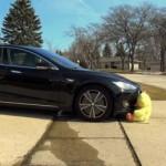 Bố liều mạng cùng con trai cho xe Tesla tự lái