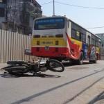 Thanh niên tự ngã xe bị xe Bus chèn qua người