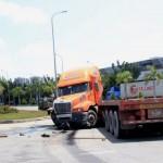 Video cận cảnh xe container đâm nát đuôi sau xe con