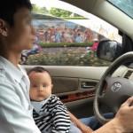 """Tại sao """"nghiêm cấm"""" ôm trẻ khi lái xe ô tô ?"""
