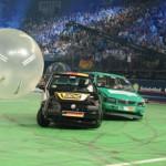 Đá bóng bằng xe ô tô môn thể thao lạ và thú vị