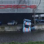 Siêu xe Porsche 911 GT3 RS bị rơi chúi đầu xuống nước