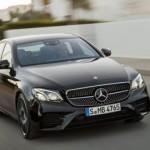 Mercedes tông vào xe Cadillac đang đỗ lề đường