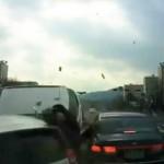 Xe SUV mất lái đâm người đi xe máy bay lên nóc capo xe khác