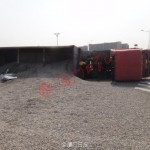 Xe Mazda nát bét khi bị xe chở sỏi đổ lật xuống