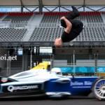 Diễn viên nhảy qua siêu xe đua tốc độ cao quá đỉnh