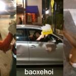 Cô gái cãi nhau và đập xe của tài xế taxi Uber
