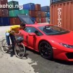Thanh niên đi xe đạp đến ngắm siêu xe Lamborghini Huracan LP580-2