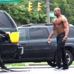 Anh chàng bị đánh vì ăn trộm xăng xe người khác