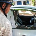 Anh chàng đập vỡ kính ô tô dọa chủ xe