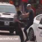 Vác mũ kính đi đập cửa xe taxi người đàn ông bị đánh mạnh