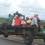 Xe công nông chở 10 người bị đổ và đâm vào nhà dân