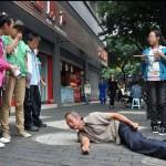 Người đàn ông bị tai nạn nằm co giật trên đường phố