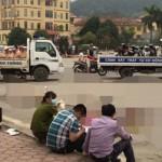 Xe máy va chạm xe tải mẹ chết, con nguy kịch