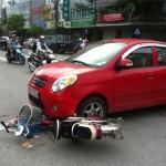 Va chạm người đàn ông đập vỡ kính xe ô tô bị đâm ngã úp mặt