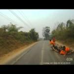 Xe tải đi hất nước khiến người đi xe máy bị ngã và tai nạn
