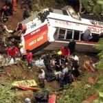 Xe buýt chở học sinh bị rơi xuống vực vì đâm vào Barie