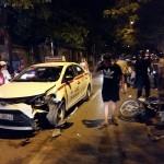 Taxi hư hỏng nặng vì đâm vào xe máy