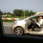 Xe Kia Morning mất 2 cửa, móp toàn bộ xe vẫn chạy trên đường