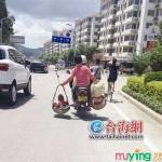 Mẹ gánh 2 con trai trên vai đi nguy hiểm trên đường