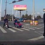 Bé gái bị rơi ra khỏi xe đưa đón học sinh khi xe vào cua