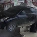 Ô tô phóng 100 km/h đâm thẳng vào cửa hàng bán đồ ăn