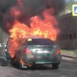 Nghẹt thở giây phút giải cứu người đàn ông trong ô tô bị cháy