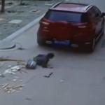 Đuổi theo ném vỡ kính xe, cô gái bị bạn trai chèn xe qua người