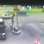 Vi phạm giao thông bỏ chạy đâm xe ô tô cắm vào cây xăng