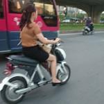 Cô gái xinh đẹp phóng xe đạp nhanh đập mặt vào xe ô tô