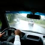Kinh nghiệm lái xe an toàn khi trời mưa bão