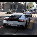 Đường phố chật hẹp siêu xe vẫn phóng rất nhanh ở London Anh