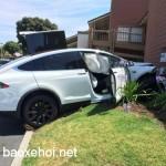 Tesla Model X tự tăng tốc và đâm vào tường nhà