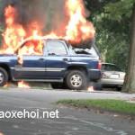 Em bé 7 tuổi nhập viện vì ô tô đang bơm xăng bị cháy