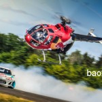 Siêu xe của Red Bull bị siêu máy bay trực thăng đuổi bắt