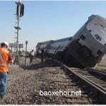 Xe Container bị mắc kẹt giữa tường tàu hỏa bị tàu đâm mạnh