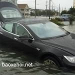 Xe sang Tesla Model S lội nước khá đỉnh