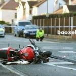 Ô tô hất tung người đi xe máy rồi bỏ chạy