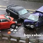 Đường mưa to trơn ướt, ô tô bị mất lái đâm nát xe đi ngược chiều