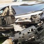 Đường trơn xe sang BMW mất lái văng vào cột điện tan nát