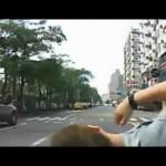 Người đàn ông đi mô tô phóng nhanh đâm đầu vào xe tải