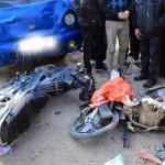 Người đàn ông phóng xe máy đâm vào xe tải người bay lên cao
