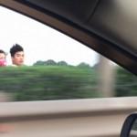 Ba thanh niên không mũ bảo hiểm phóng ngược chiều cao tốc
